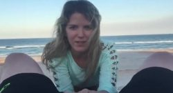 A mami le gusta chupar y cabalgar pollas en la playa, mientras la gente la puede ver