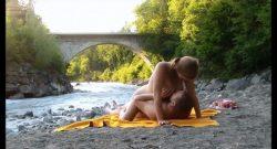 MILF y su amante pillados follando junto al río por un mirón