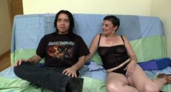 Milf  madrileña se estrena en el porno para enseñar a follar al amigo de su hijo